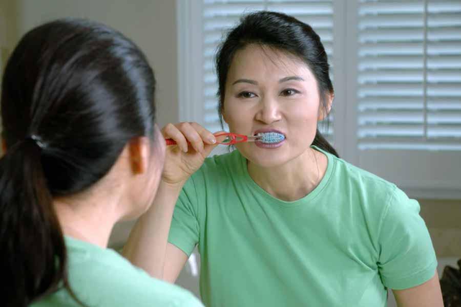 Lavarsi i denti e la lingua